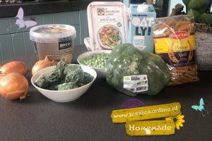 Veganistische smeltpasta met groene saus